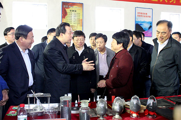 Chairman Han Yufeng introduced the product to Comrade Lu Hao, the governor of Heilongjiang Province